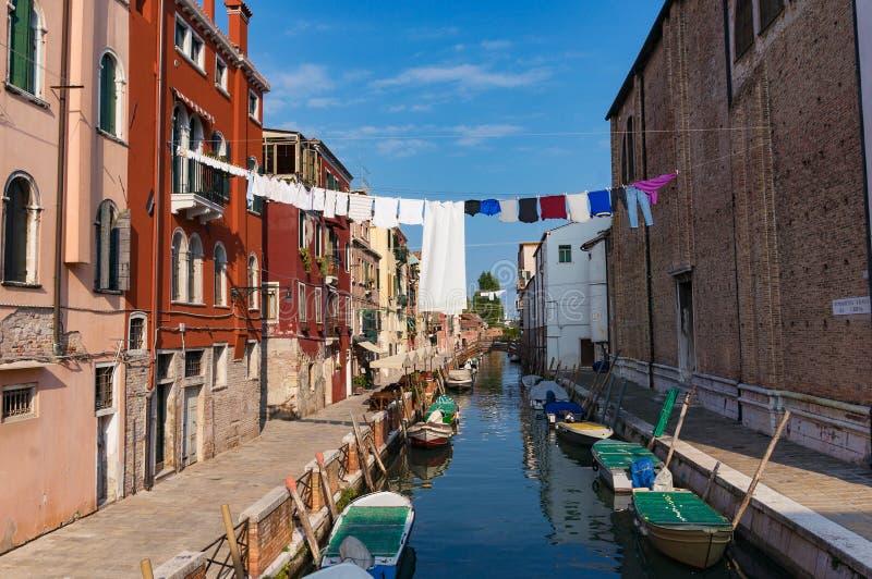 Lufta uttorkningtvätterit över kanalen i Venedig Livsstilskott royaltyfri fotografi