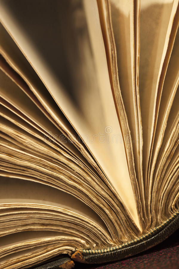 Luftat öppet för gammal bok arkivbilder
