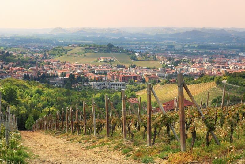 Luftaufnahme über alba von umgebenden Hügeln. stockbild