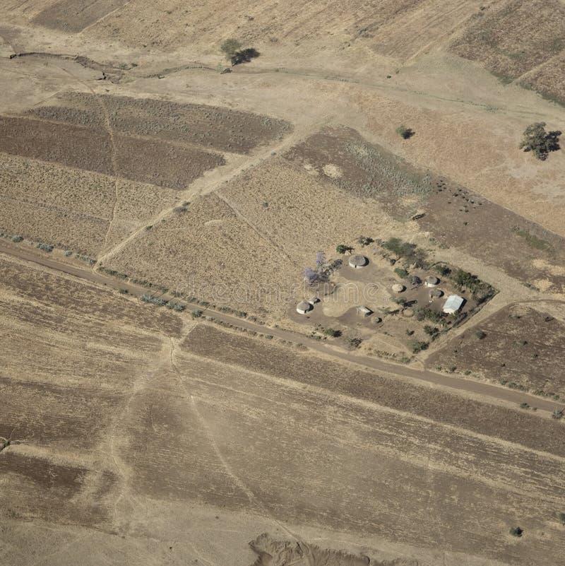 Luftaufnahme über ein traditionelles Masaidorf lizenzfreies stockfoto
