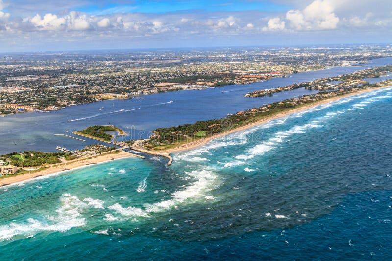 Luftaufnahme über Floridastrand und -wasserstraße lizenzfreie stockbilder