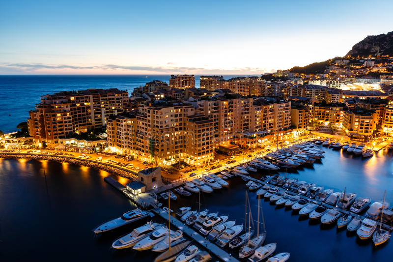 Luftaufnahme über Fontvieille und Monaco-Hafen stockfotografie