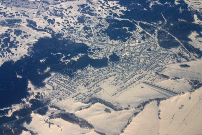 Luftaufnahme der Kleinstadt umfaßt worden durch Schnee lizenzfreie stockfotografie