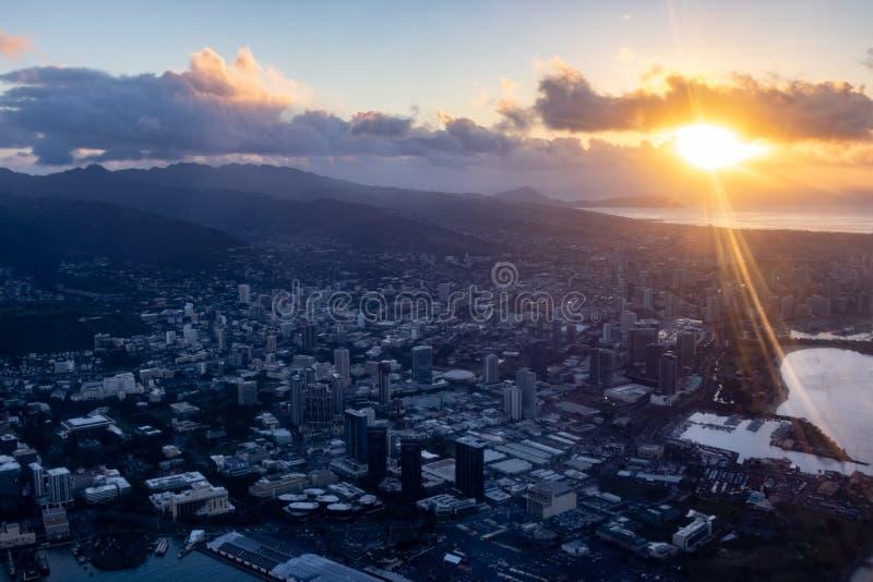 Luftaufnahme der Sonne über den Bergen und der Stadt Honolulu, Oahu, Hawaii, USA stockfotos
