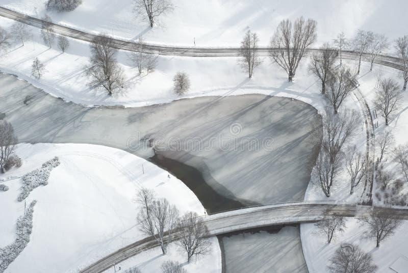 Luftaufnahme des entspannenden Parks im Winter lizenzfreies stockbild