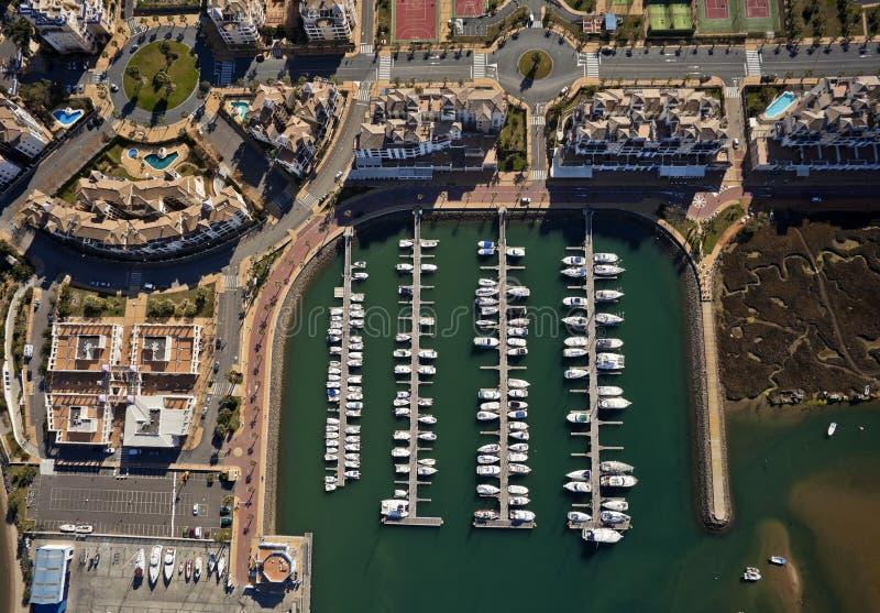 Luftaufnahme des Jachthafens von Isla Canela stockfotos