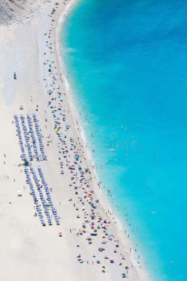 Luftaufnahme des Myrtos Strandes stockbild