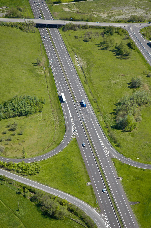 Luftaufnahme einer Autobahn/der Datenbahn in Frankreich stockbild
