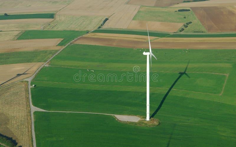 Luftaufnahme einer einsamen Windturbine lizenzfreie stockbilder