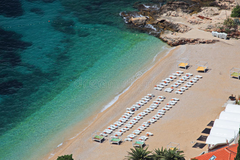 Luftaufnahme eines Strandes in Dubrovnik lizenzfreie stockfotografie