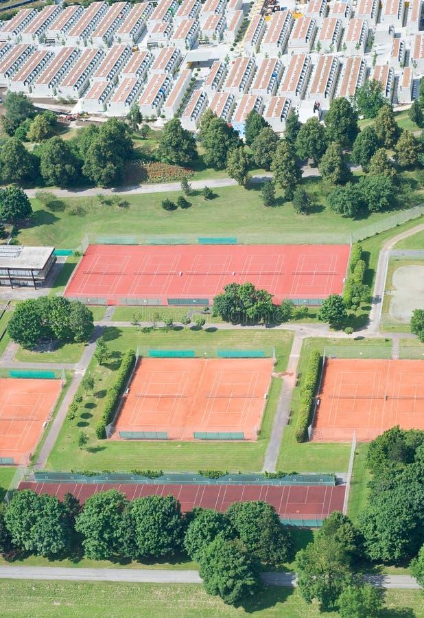 Luftaufnahme mit Tennis-Gerichten stockbild
