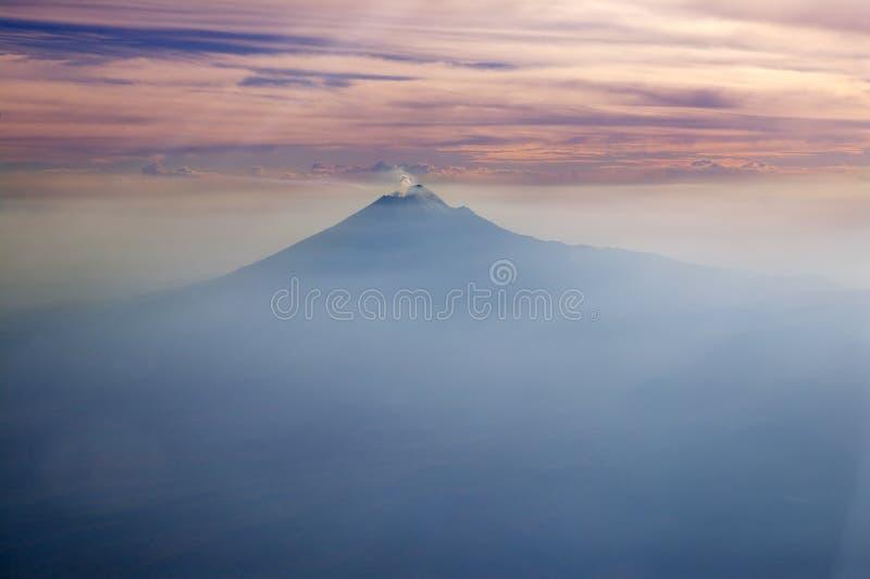 Luftaufnahme Stadt der Popocatepetl Vulkan Mexiko-DF lizenzfreie stockfotos
