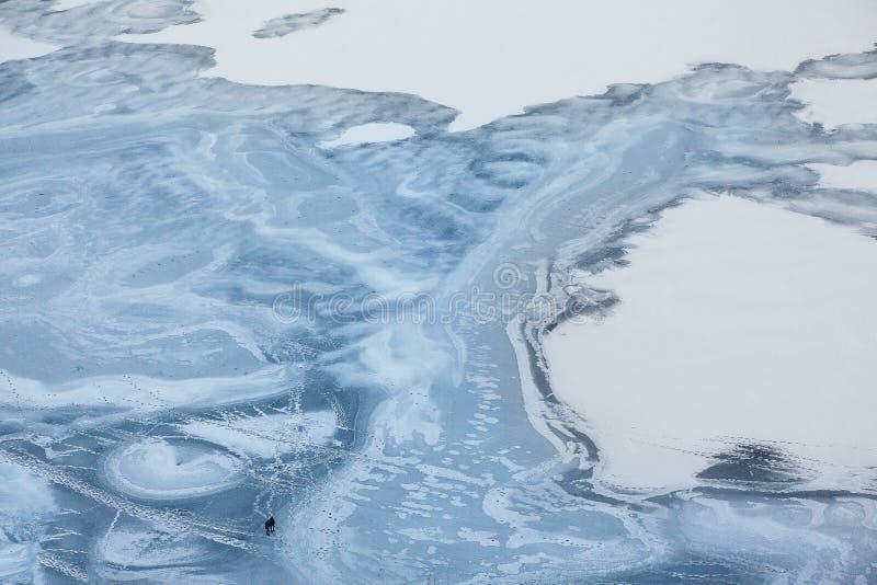 Luftaufnahme von gefrorenem See lizenzfreie stockfotos
