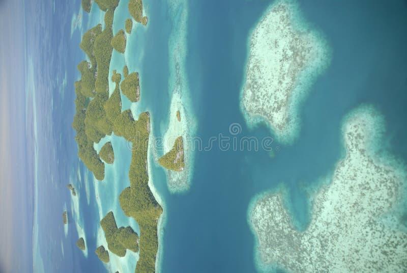 Luftaufnahme von Palaus berühmten siebzig Inseln lizenzfreie stockbilder