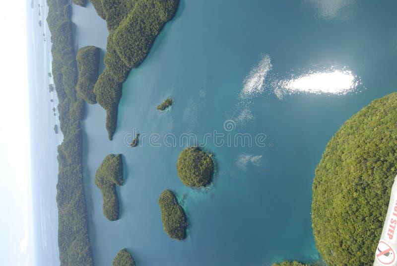 Luftaufnahme von Palaus Felsen-Inseln lizenzfreie stockfotos