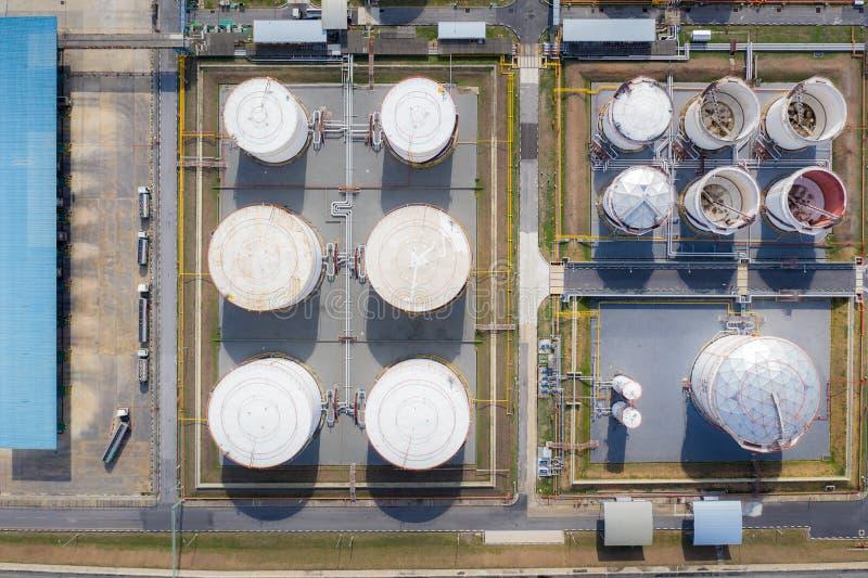 Luftaufnahme von Tank- und Tanklastwagen der chemischen Industrie In Betrieb befindliche Tankwagen zur Beförderung von Öl in Tan stockbild