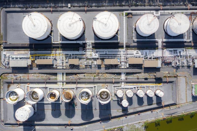 Luftaufnahme von Tank- und Tanklastwagen der chemischen Industrie In Betrieb befindliche Tankwagen zur Beförderung von Öl in Tank stockfoto
