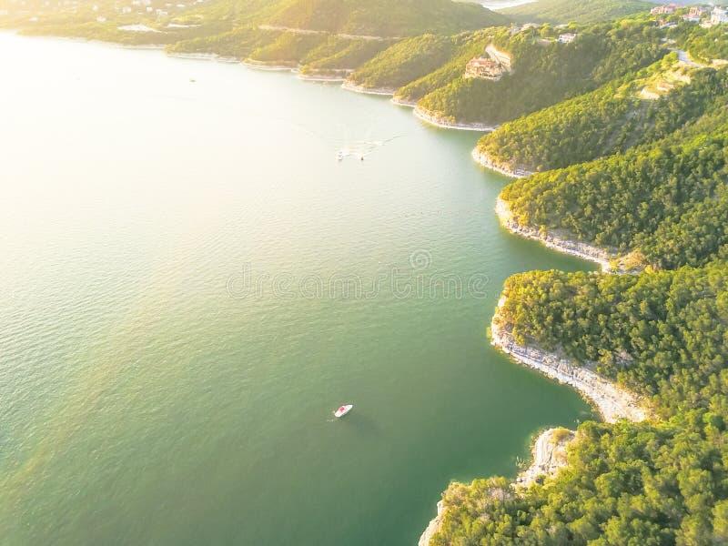 Luftbäume und Klippe schaukeln Wandkristallwasser am See Travis, A lizenzfreie stockfotos