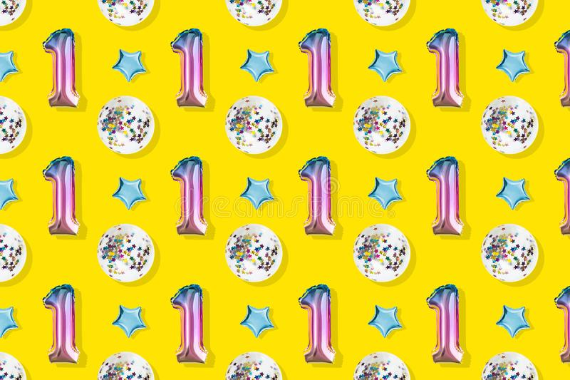 Luftballonger av nummer ett och att klumpa ihop sig formad folie på pastellfärgad rosa bakgrund Minimalistic sammansättning av de royaltyfria foton