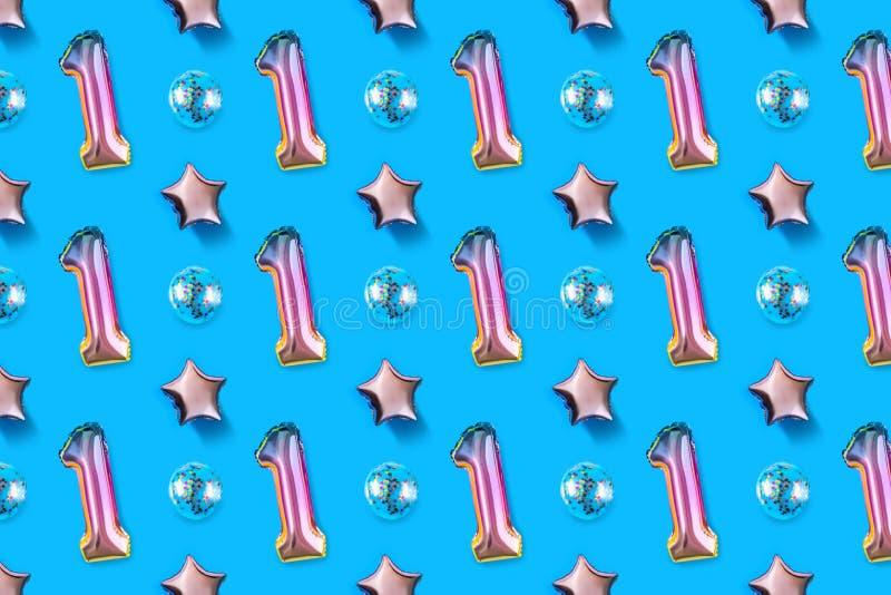 Luftballonger av nummer ett och att klumpa ihop sig formad folie på pastellfärgad rosa bakgrund Minimalistic sammansättning av de royaltyfria bilder