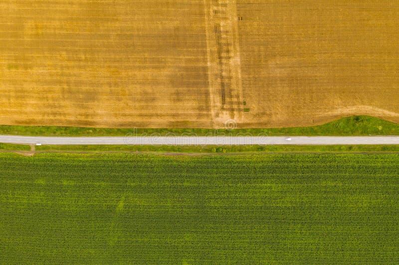 Luftbild-Drohnen-Fotografie eines Landes mit gesäten Grünflächen auf dem Lande lizenzfreies stockfoto