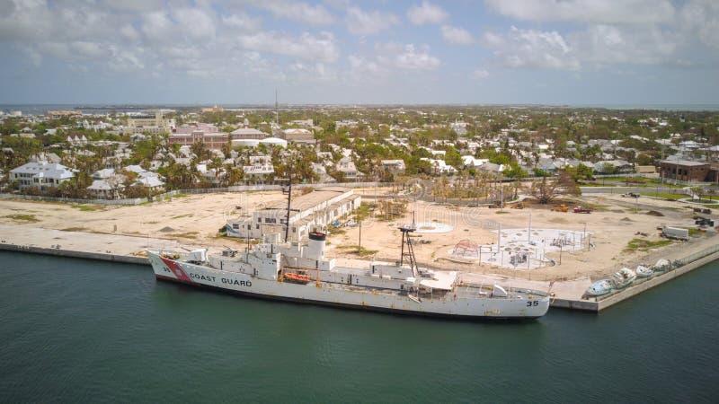 Luftbild eines Küstenwachschiffs in Key West Florida stockfotos