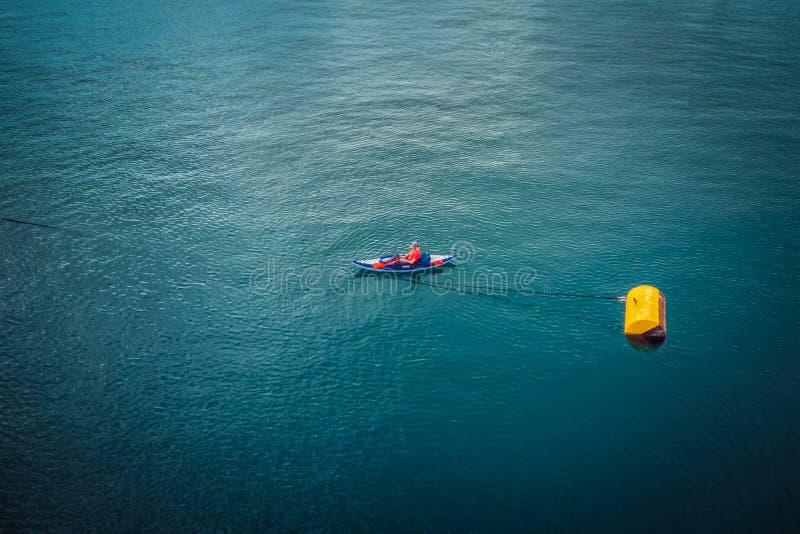 Luftbild eines Mannes, der im Mittelmeer Kayak fährt stockbilder