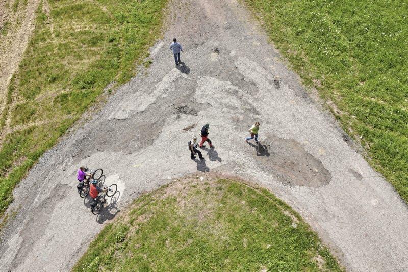 Luftbild von den Leuten, die auf einen Schotterweg gehen stockfotografie