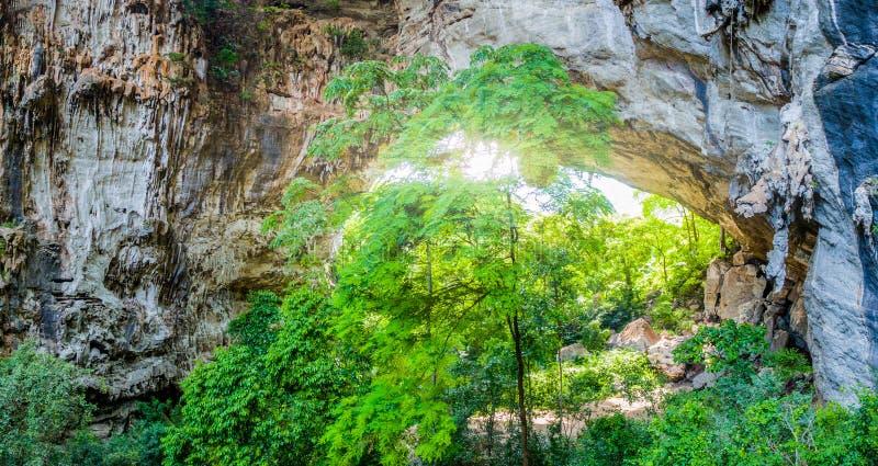 Luftbildfotografie über erstaunlicher Höhle stockfotos