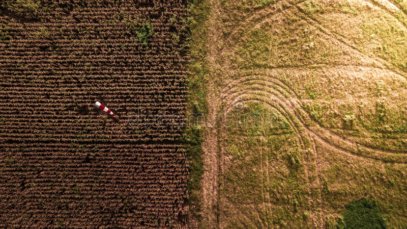 Luftbildfotografie-Muster auf der unterschiedlichen Erdfeld-Mais-Bauernhof-Zusammenfassungs-Erntezeit lizenzfreie stockbilder