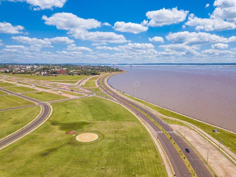 Luftbildfotografie von Encarnacion in Paraguay, welches die Brücke zu den Posadas in Argentinien übersieht stockfotos