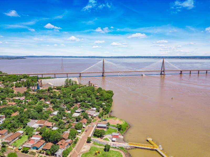 Luftbildfotografie von Encarnacion in Paraguay, welches die Brücke zu den Posadas in Argentinien übersieht lizenzfreie stockfotografie