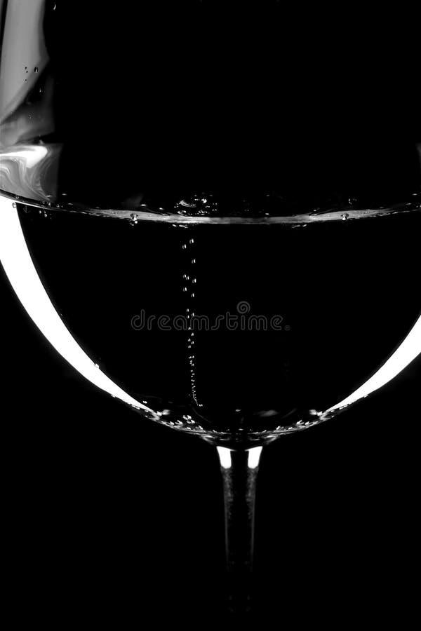 Luftblasen, die in ein Glas Wasser steigen stockfotos