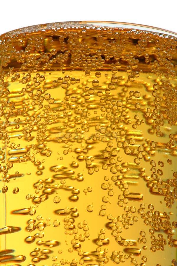 Luftblasen im Glas mit Bier lizenzfreies stockbild