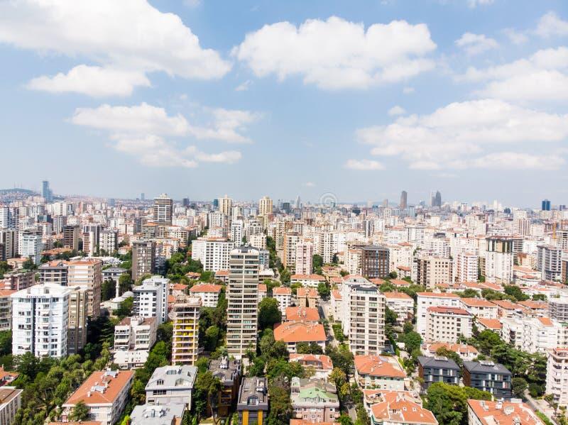 Luftbrummen-Ansicht von Allee Caddebostan Bagdat mit Wohngebäuden in Kadikoy Istanbul lizenzfreie stockfotografie