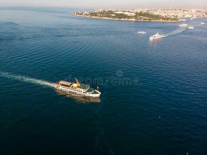 Luftbrummen-Ansicht von Istanbul Bosphorus mit Fähren lizenzfreies stockbild