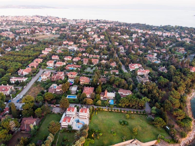 Luftbrummen-Ansicht von Küste Istanbuls Tuzla an der goldenen Stunde/an der blauen Stunde stockfotografie