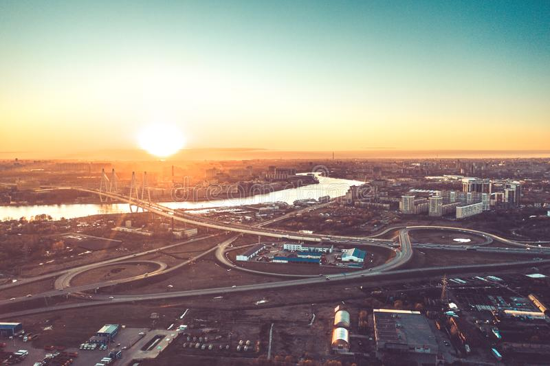Luftbrummen-Flug-Ansicht der Stadt-Hauptverkehrszeit der Autobahn der besch?ftigten Staulandstra?e des starken Verkehrs stockbild
