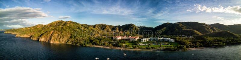 Luftbrummen-Foto - Urlaubshotels entlang der Pazifikküste von Costa Rica, umgeben durch schroffe Berge stockbild