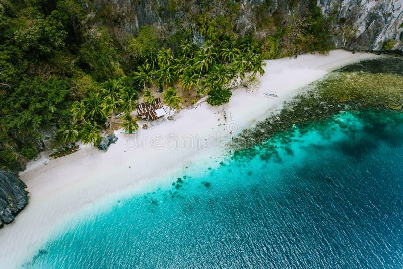 Luftbrummenansicht der verlassenen Haushütte auf Pinagbuyutan-Insel in EL Nido Überraschender weißer Sandstrand und Smaragdlagune lizenzfreies stockbild