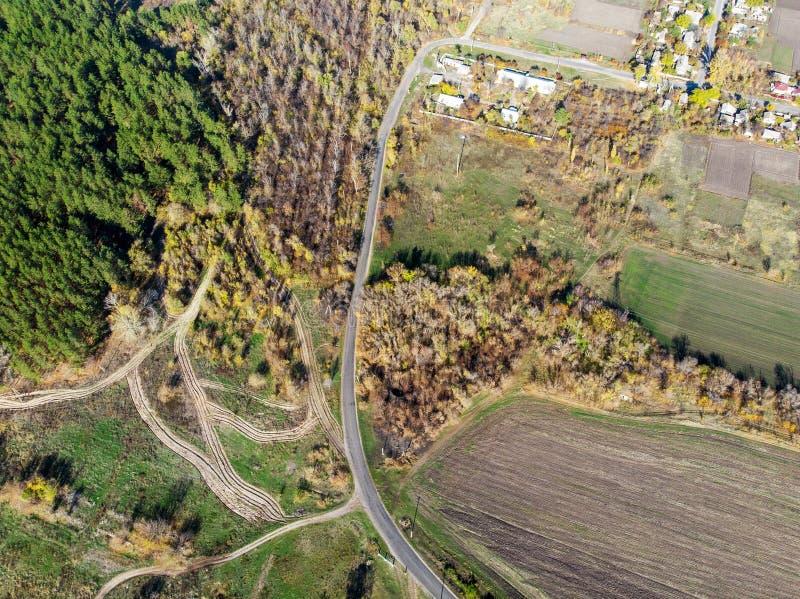 Luftbrummenansicht des l?ndlichen Pferdebauernhofes oder -ranch Dorf oder Landschaft mit Pferdest?llen und -scheunen stockbild