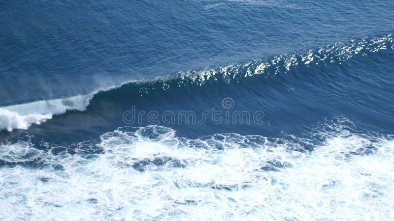 Luftbrummenansicht des Schäumens bewegt in Ozean wellenartig lizenzfreie stockbilder