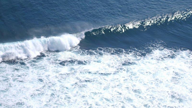 Luftbrummenansicht des Schäumens bewegt in Ozean wellenartig lizenzfreies stockbild