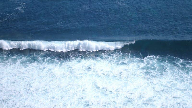 Luftbrummenansicht des Schäumens bewegt in Ozean wellenartig stockfotografie