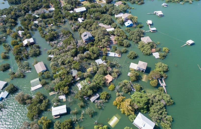 Luftbrummenansicht enitre Nachbarschaft unter bedeutender Überschwemmung des Wassers in zentralem Texas lizenzfreies stockfoto