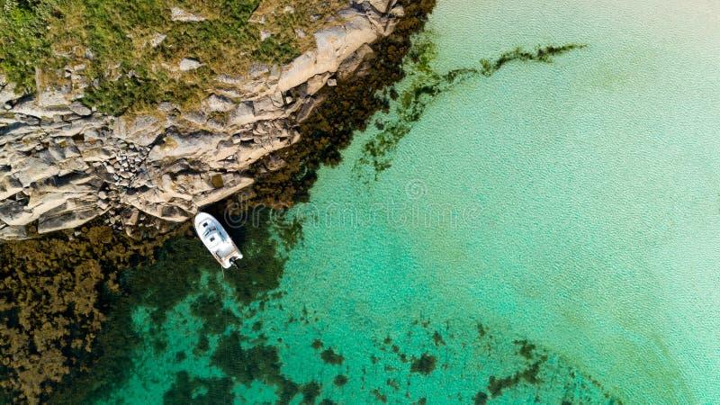 Luftbrummenansicht von der Spitze zur blauen Lagune mit azurblauem Meerwasser mit einem sandigen Strand und einer Yacht lizenzfreie stockfotos