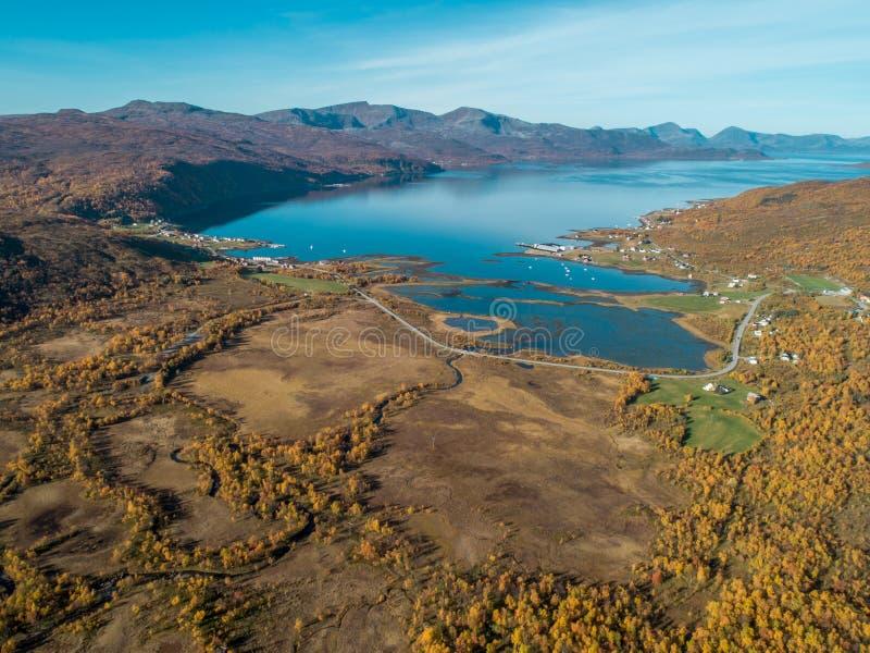 Luftbrummenansicht von norwegischem Fjord umgeben durch Berge und Herbstnatur lizenzfreie stockfotografie