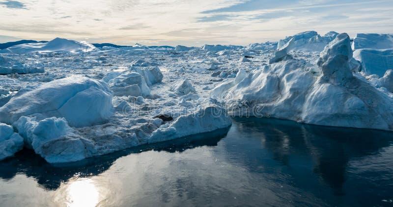 Luftbrummenbild des Eisbergs und des Eises vom Gletscher in der Naturlandschaft Grönland stockfoto