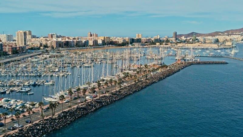 Luftbrummenbild des Hafen- und Jachthafenkomplexes mit den Segelbooten, die warten, um die Kreuzungsregatta 2018 zu beginnen BOGE stockfoto