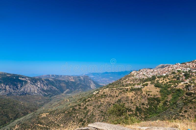 Luftbrummenfoto des traditionellen griechischen Dorfs stockbild